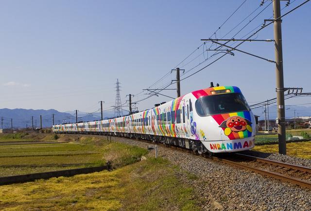 予讃線8000系アンパンマン列車走行中.jpg - JR四國。麵包超人列車