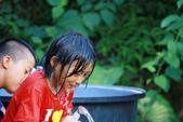 蹲蹲野桐:玩水的孩子