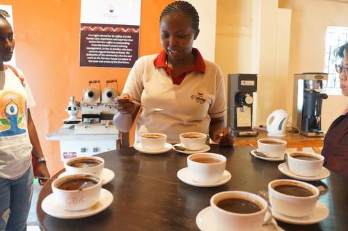Ann在示範如何聞味道 - 2018 0217 肯亞動物大驚奇 Day 7 - Coffee Plantatiion