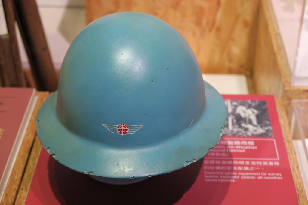 公路博物館:塑膠圓盔晴雨帽(測量隊).JPG