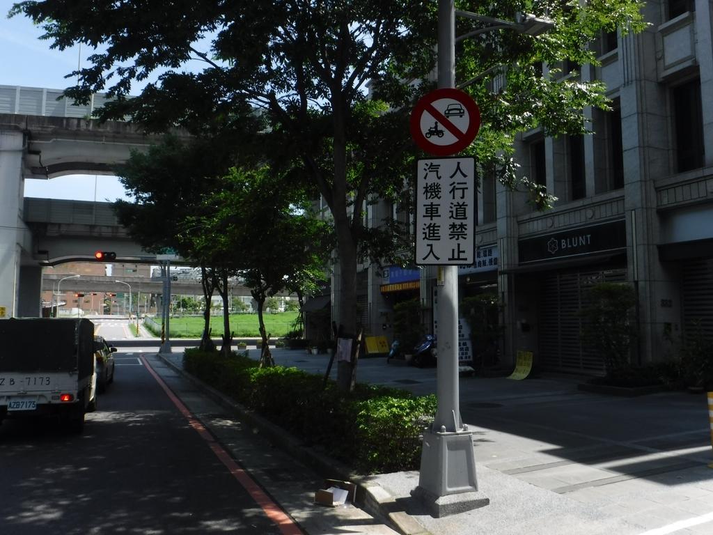 108年9月會勘:【16174】新富邑社區人行道禁停汽機車告示牌完工照1.jpg