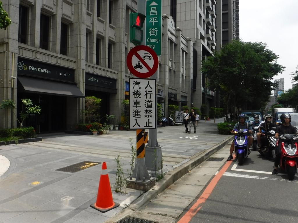 108年9月會勘:【16174】新富邑社區人行道禁停汽機車告示牌完工照2.jpg