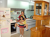 新家裝潢後暨家具入住照片:兩女兒開始打鬧4.jpg
