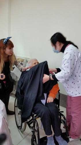 【康詠護理之家】歡迎髮型設計師蒞臨本院義剪:20150114_103801.jpg