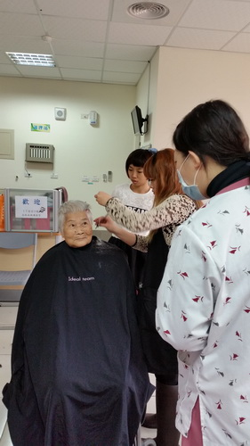 【康詠護理之家】歡迎髮型設計師蒞臨本院義剪:20150114_102203.jpg