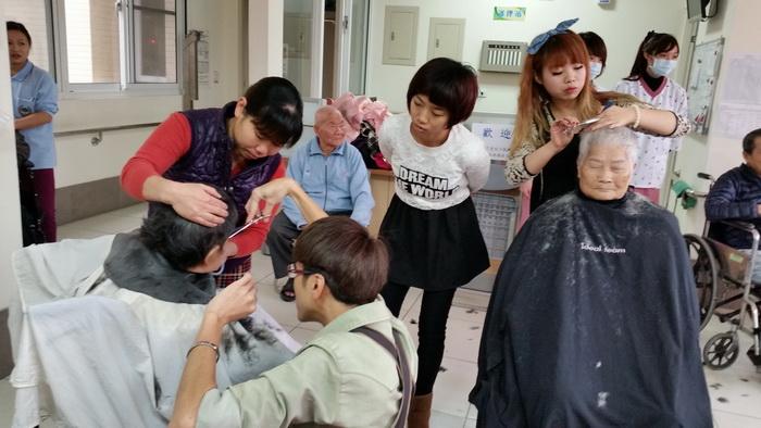 【康詠護理之家】歡迎髮型設計師蒞臨本院義剪:20150114_102713.jpg