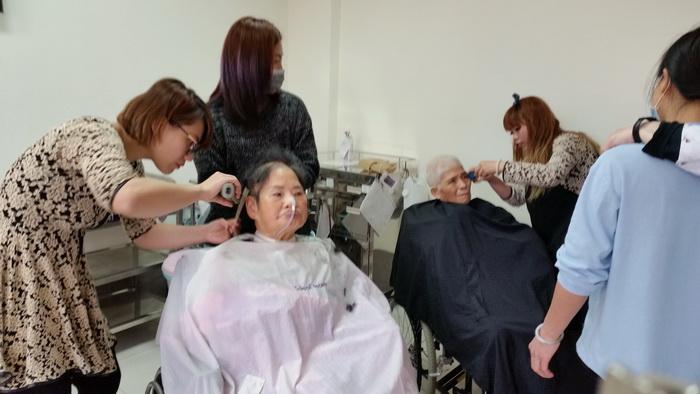 【康詠護理之家】歡迎髮型設計師蒞臨本院義剪:20150114_103627.jpg
