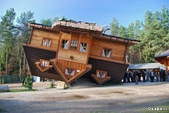 42大奇特建築:7. Upside down house - Shimbark , Poland   倒掛的房子 - 波蘭.jpg