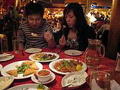 倫敦聖誕假期:一對專心吃東西的情侶