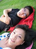 愛從不輕易走開:躺在草皮晒太陽