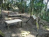 075~鵝公髻山至山上人家順遊清泉風景區:有桌椅的休息平台