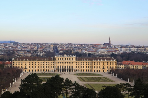 從凱旋門俯瞰熊布朗宮與周邊環境.JPG - 音樂之都-維也納
